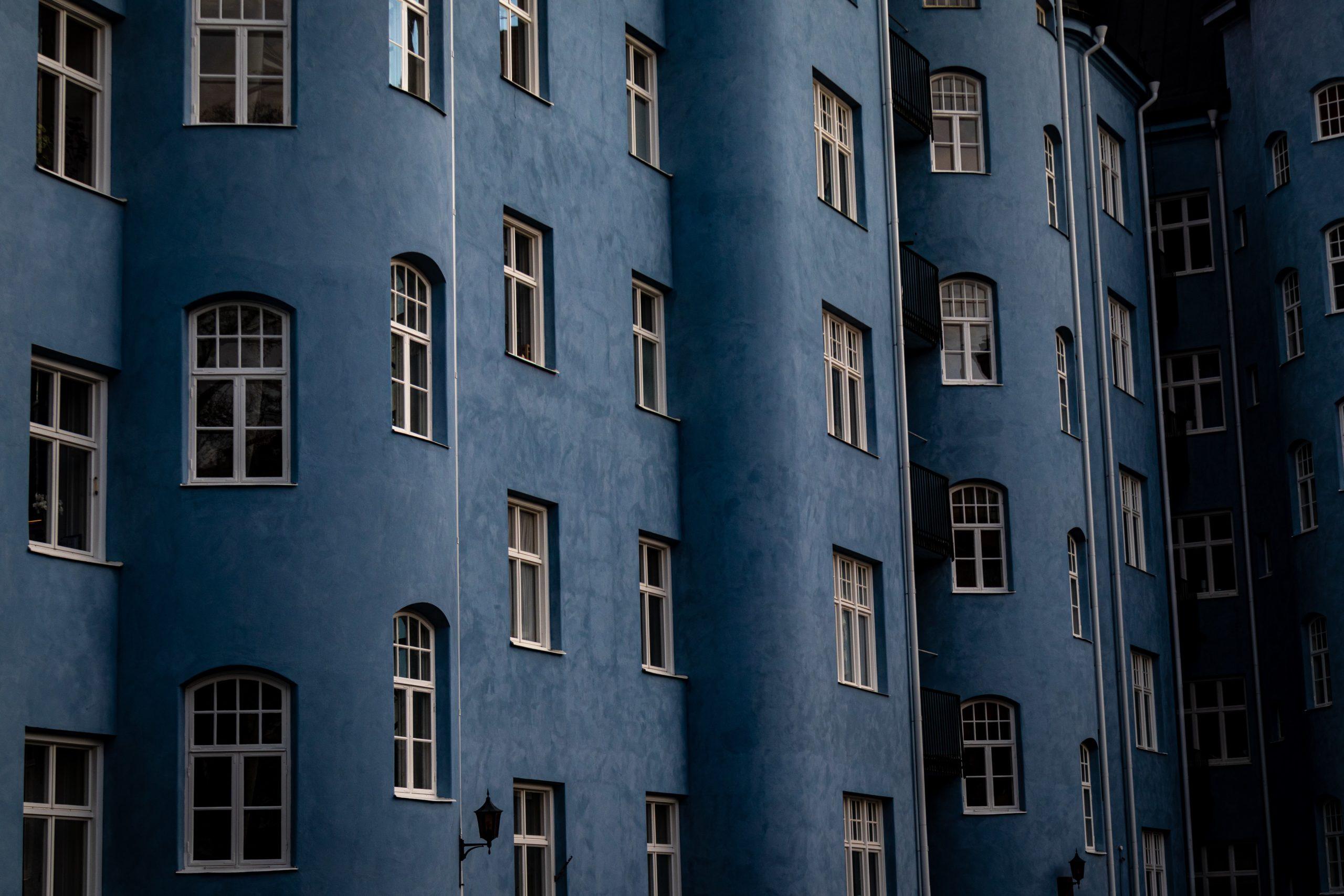 Foto på fasaden på ett äldre flerfamiljshus. Foto: Andreas Pajuvirta, Unsplash