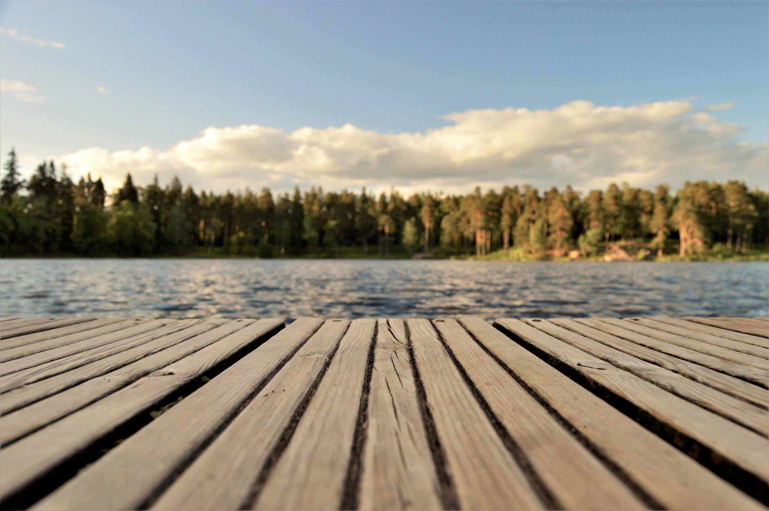 Brygga vid vatten, en sommardag.